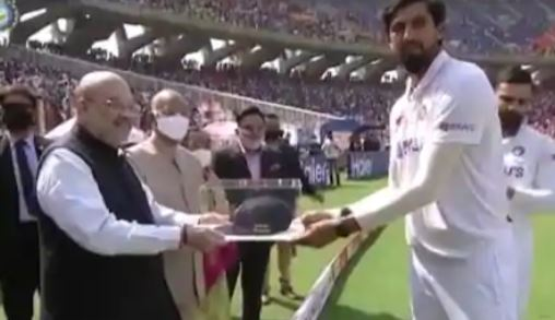 President Ram Nath Kovind, Home Minister Amit Shah give mementos to Ishant Sharma on his 100th Test