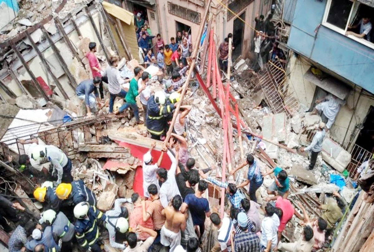Many fear being trapped after the collapse of a building in Dongri (Mumbai)